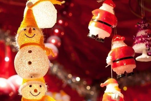 marché de Noël guirlandes lumineuses
