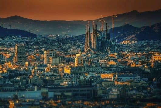 vue de barcelone au soleil couchant