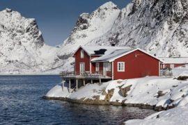 maison sur fjord hiver